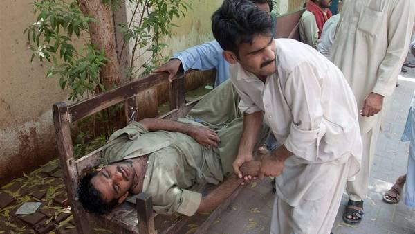Hombre desmayado por la ola de calor en Pakistán